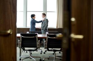 オフィスで男性の胸元に触れる女性の写真素材 [FYI03955342]