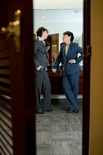 トイレで会話するビジネスウーマンの写真素材 [FYI03955353]