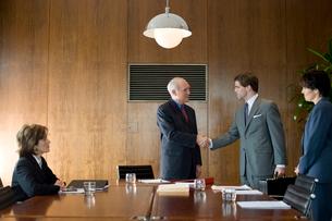 会議室で握手するビジネスマンの写真素材 [FYI03955363]