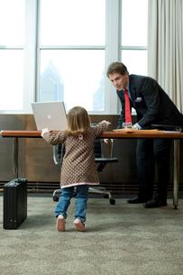 父親のオフィスで遊ぶ娘の写真素材 [FYI03955371]