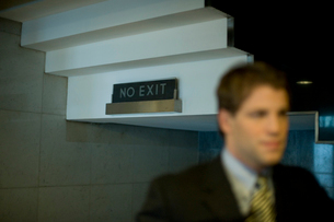 行き止まりと書かれたオフィスビル内の看板の写真素材 [FYI03955387]