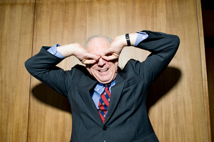 両目を手で覆ってふざけるビジネスマンの写真素材 [FYI03955395]