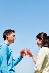 テラスで飲み物を飲む男性と女性の写真素材 [FYI03955423]