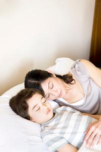 昼寝をする母と少年の写真素材 [FYI03955440]