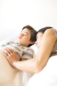 昼寝をする母と少年の写真素材 [FYI03955445]