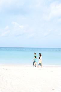 砂浜を歩く家族4人の写真素材 [FYI03955490]