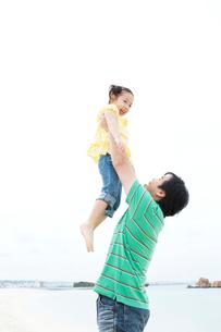 少女を持ち上げる父の写真素材 [FYI03955530]