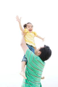 少女を持ち上げる父の写真素材 [FYI03955531]