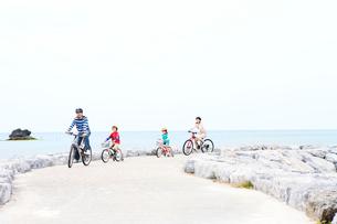 自転車で走る家族4人の写真素材 [FYI03955538]