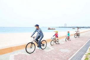 自転車で走る家族4人の写真素材 [FYI03955539]