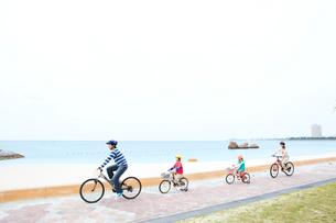 自転車で走る家族4人の写真素材 [FYI03955541]