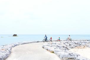 自転車で走る家族4人の写真素材 [FYI03955543]