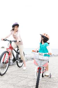 自転車に乗る母と少女の写真素材 [FYI03955548]