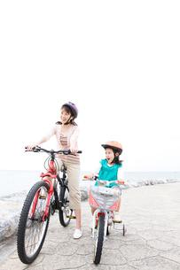 自転車に乗る母と少女の写真素材 [FYI03955550]