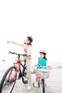 自転車に乗る母と少女の写真素材 [FYI03955551]