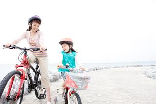 自転車に乗る母と少女の写真素材 [FYI03955552]