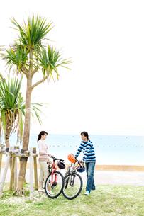 自転車を降り休憩する男性と女性の写真素材 [FYI03955554]