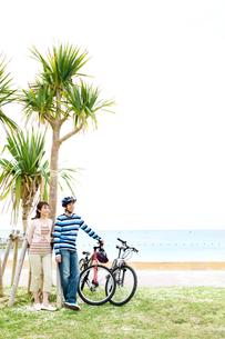 自転車を降り休憩する男性と女性の写真素材 [FYI03955555]