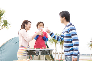 乾杯をする家族3人の写真素材 [FYI03955558]