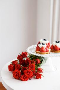 赤いバラの花束と苺タルトの写真素材 [FYI03955576]