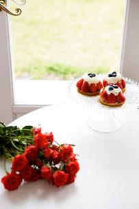 赤いバラの花束と苺タルトの写真素材 [FYI03955577]