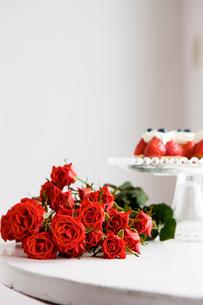 赤いバラの花束と苺タルトの写真素材 [FYI03955578]