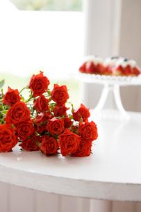 赤いバラの花束と苺タルトの写真素材 [FYI03955579]