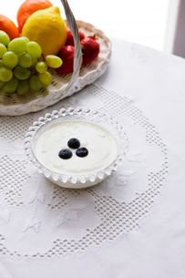ブルーベリーヨーグルトと果物の写真素材 [FYI03955603]