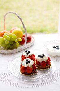ブルーベリーヨーグルトと果物と苺タルトの写真素材 [FYI03955605]
