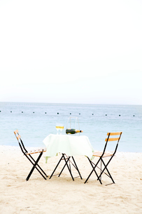 浜辺に置かれたテーブルセットとワインの写真素材 [FYI03955654]