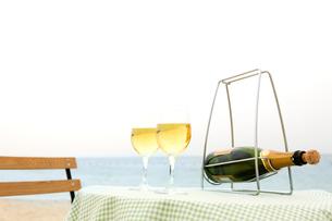 テーブルに置かれたワインとグラスの写真素材 [FYI03955656]