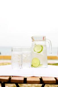 ピッチャーとグラスに入った水の写真素材 [FYI03955672]