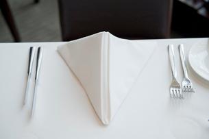 テーブルに置かれたナプキンとカトラリーの写真素材 [FYI03955711]