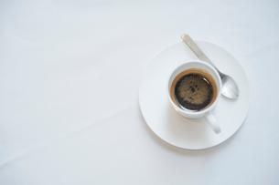 テーブルに置かれたエスプレッソの写真素材 [FYI03955715]