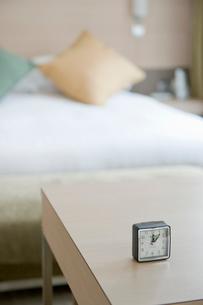 机に置かれた時計の写真素材 [FYI03955722]