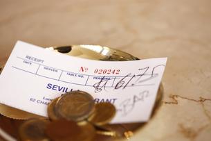 トレイに乗る外貨コインの写真素材 [FYI03955736]