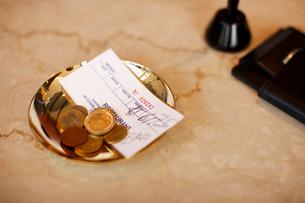 トレイに乗る外貨コインの写真素材 [FYI03955739]