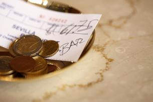 トレイに乗る外貨コインの写真素材 [FYI03955741]