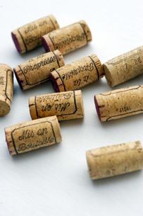 並べられたワインコルクの写真素材 [FYI03955745]