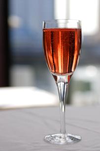 グラスに注がれたロゼワインの写真素材 [FYI03955763]