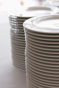 積み重ねられた白いお皿の写真素材 [FYI03955764]