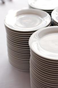 積み重ねられた白いお皿の写真素材 [FYI03955767]