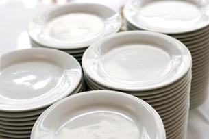 積み重ねられた白いお皿の写真素材 [FYI03955768]