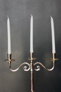 燭台に置かれた蝋燭の写真素材 [FYI03955770]