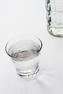 水が注がれたグラスの写真素材 [FYI03955773]