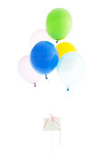 カラフルな風船と手紙の写真素材 [FYI03955821]