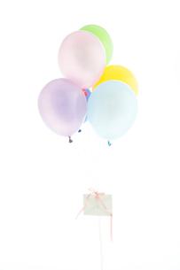 カラフルな風船と手紙の写真素材 [FYI03955822]
