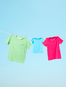 干されたTシャツの写真素材 [FYI03955875]