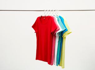 カラフルなTシャツの写真素材 [FYI03955901]