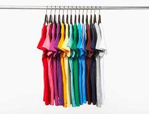 横に並んだカラフルTシャツの写真素材 [FYI03955902]